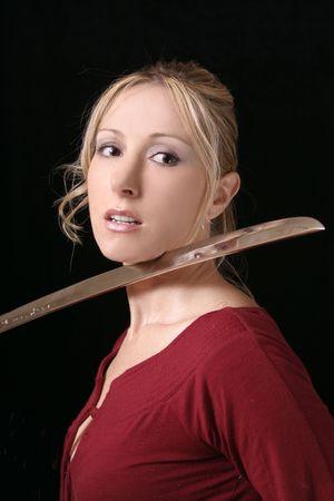 Défaite - jeune victime de femme avec la lame à la gorge