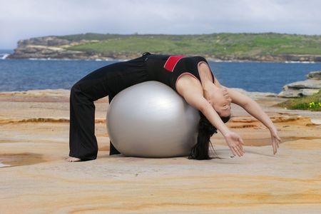 sich b�cken: Pilates - Zur�ck Kurve �ber Pilates Ball