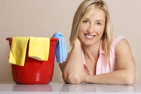 mujer limpiando: Clean Up - Esta imagen representa a una mujer con un cubo de limpieza, guantes y pa�o de limpieza.