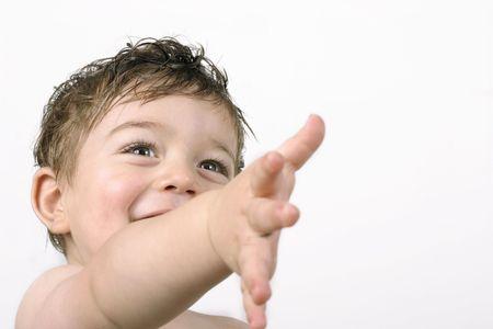 porgere: Felice di venirli a contatto! Il bambino estende la loro mano nellamicizia o potrebbe raggiungere fuori per qualcosa. Spazio per la copia. Archivio Fotografico