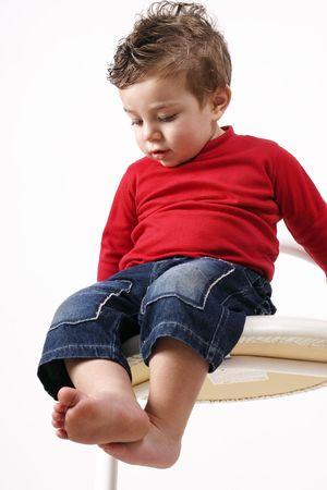 観察: ロングウェイ ダウン - 高いスツールに座っている幼児は彼の環境の観測 写真素材