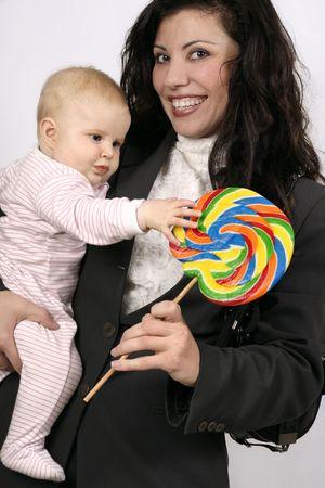 madre trabajadora: Sonriente madre trabajadora 5mth celebraci�n de edad y una tentadora golosina