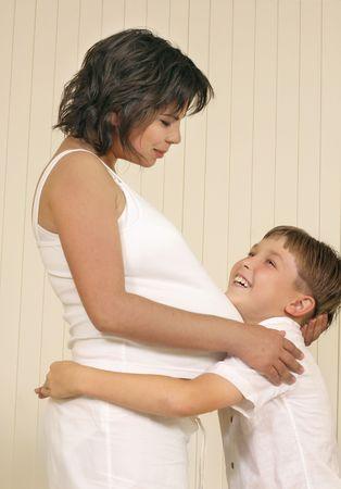 anticiparse: La madre y el ni�o anticipar el nuevo beb�