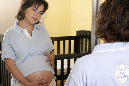 mother to be: Giovane madre di essere incinta (concentrarsi sulla riflessione)