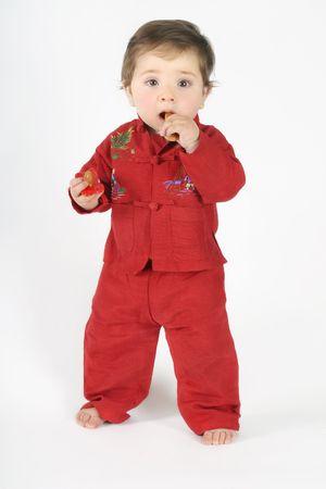 biscotte: Debout sur un b�b� de dentition rusk et de la tenue d'une t�tine dans l'autre main.