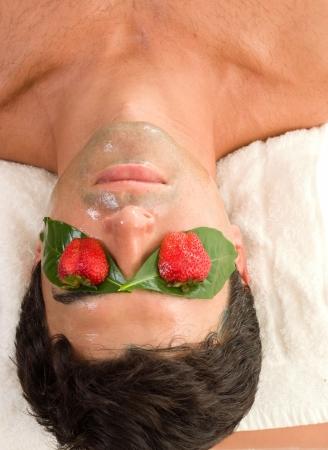 indulgere: Mascherina acida della frutta - una mascherina di bellezza che lascia la pelle che sembra luminosa e che ritiene molle e liscia. Idrata la pelle ed accelera lo sfaldamento. Archivio Fotografico