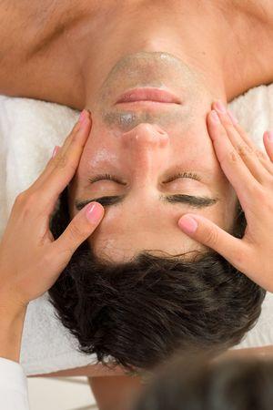 indulgere: Un maschio riceve un massaggio facciale  Archivio Fotografico