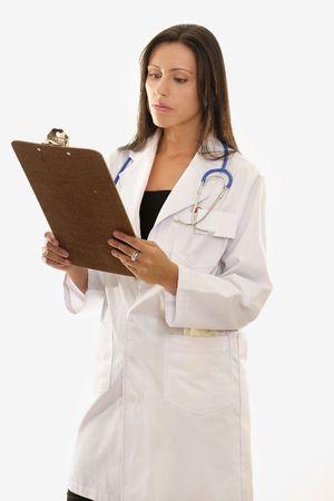 historia clinica: Atractivas mujeres m�dico que ocupe un cargo m�dico portapapeles y la lectura.