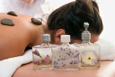 indulgere: Assortimento di prodotti decorativi profumato di messa a fuoco da una donna di relax in un giorno spa