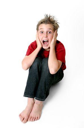 piedi nudi ragazzo: Ragazzo con una espressione sconvolta e capelli sulla fine.  Archivio Fotografico