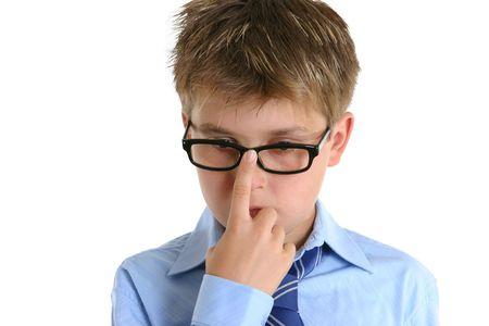 ni�o empujando: Un ni�o empujando sus gafas con un dedo