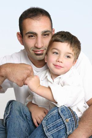 pacto: Padre e hijo hacer un pacto de amistad.  Foto de archivo