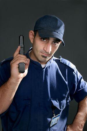 guardia de seguridad: Vigilante de seguridad en uniforme oficial, la celebraci�n de un arma de fuego