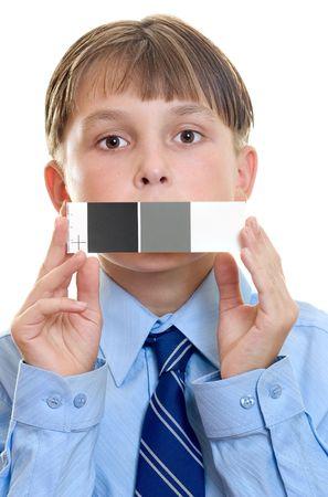 referenz: Ein Kind mit einem kleinen grauen Karte f�r einen Test erschossen, eine n�tzliche Referenz, die neutral wei�en, grauen und schwarzen Flecken und Hilfsmittel in der richtigen Farbe und neutralen T�nen. Kann auch benutzt werden, f�r den Wei�abgleich.  Lizenzfreie Bilder