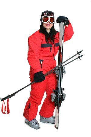 matching: Mujeres esquiador rojo que llevaba un traje de esqu� y carryng coincidan con esqu�es y bastones.