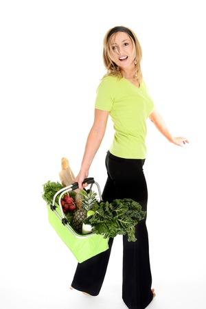 bolsa de pan: Compras Sanas. Una muchacha con un bolso de compras reutilizable amistoso del eco llen� de la fruta y los veh�culos frescos, leche y pan. El bolso se derrumba y dobla completamente cuando no en uso. Las manijas del apret�n de la espuma para la comodidad y el cierre rel�mpago cubren cuando son necesarias. Foto de archivo