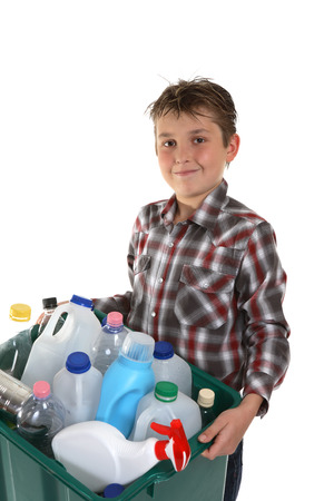 reciclable: Un ni�o que lleva un envase pl�stico por completo con el material reciclable vac�o de la casa.