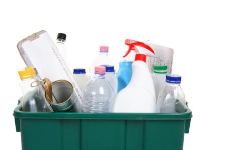 leere flaschen: Eine Sammlung von leeren Flaschen, Dosen, Papier und sonstigen Beh�ltnisse, in einer Recycling-bin Lizenzfreie Bilder