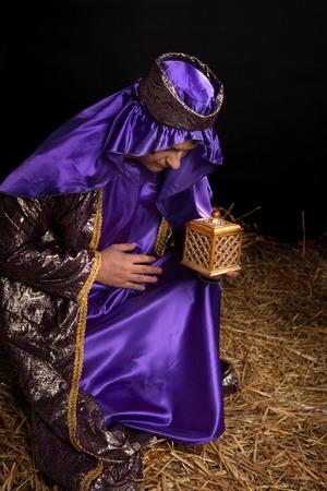 mantel: Wiseman da est, inchinandosi sul ginocchio piegato e in possesso di un dono d'oro della casella riempita con ammenda incenso di resina.