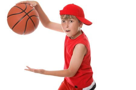 sudoroso: Un ni�o en la acci�n que juega un juego del baloncesto Foto de archivo