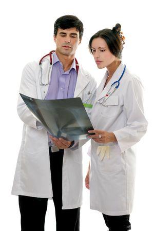 maligno: Dos m�dicos examinar a un paciente de la radiograf�a resultado.