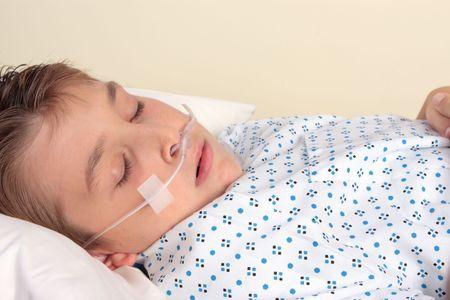 zuurstof: Ziek kind met nasale canule. een nasale canule leveren van 24% tot 40% zuurstof op een debiet van 0,26-1,58 Gal (1-6 L) per minuut. Gebruikt voor patiënten die lijden respiratoire aandoeningen, hart-en vaatziekten, shock, trauma, ernstige elektroliet onbalans (hypokalemia