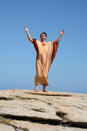 uplifting: El hombre con los brazos plante� al cielo en el culto