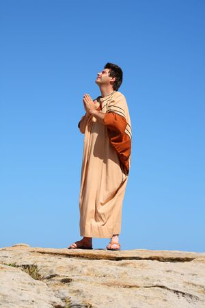 pentimento: Sei la mia roccia e di salvezza. Un uomo guarda al cielo e prega in una giornata di sole.