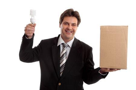 unconventional: Pensate al di fuori del riquadro ... Un uomo d'affari di bilanciamento una scatola in una mano e in possesso di un alto rendimento energetico ligh bulbo negli altri. ad esempio, idee, pensiero laterale, prospettiva diversa, non convenzionale, l'energia sostenibile, l'innovazione, l'ambiente questione collegata