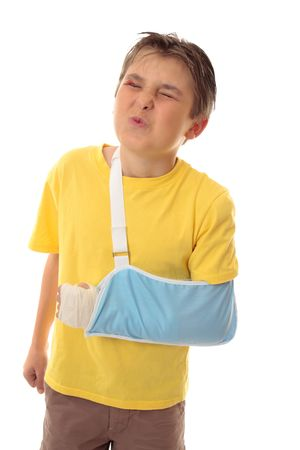 luxacion: Boy wincing a dolorosas lesiones.