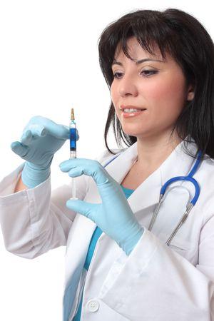 inyeccion intramuscular: Mujeres m�dico o cirujano preparar una jeringa con aguja.