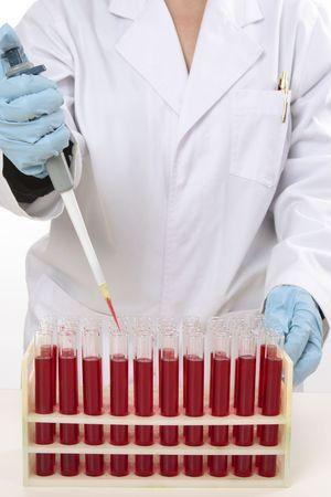 fixed: Cient�fico u otro trabajador de laboratorio utilizando un 90 μ l de volumen fijo pipeta para extraer muestras de tubos de ensayo.