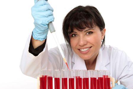 piastrine: Donna biologo, hematologist, in possesso di un manuale pipetta con il campione da provette.