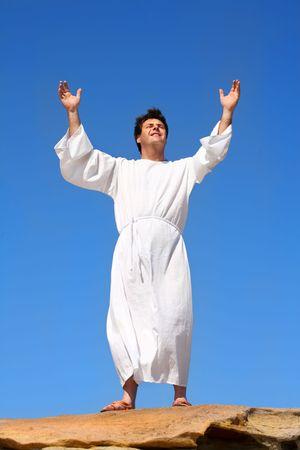 uplifting: Un hombre plantea heavenward sus brazos en un acto de alabanza o la adoraci�n