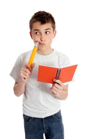 Pensée garçon étudiant détenant un livre rouge et un gros crayon