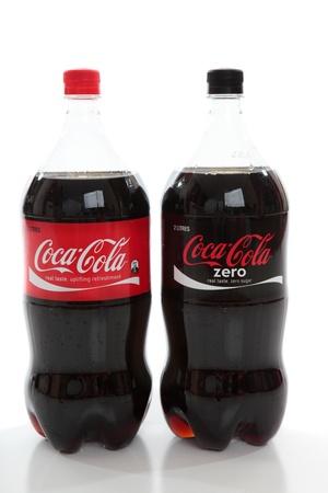 colas: Bevande di bottiglie di Coca-Cola e Coke Zero, dieta cola, caffeina aromatizzato gassate, soda bevande su uno sfondo bianco.