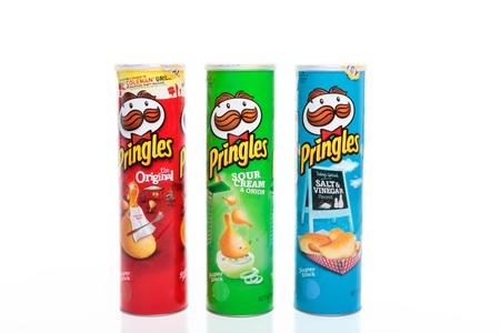 Variedades de Pringles marca de papas fritas, Original, crema agria y cebolletas y sal y vinagre.  Pringles son hechas por Procter y Gamble. Pringles se hacen con contenido de patata de 42%, con el resto siendo almid�n de trigo y harina (papas, ma�z y arroz) Foto de archivo - 8728265