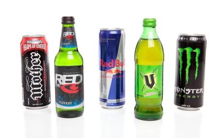 Variedades de bebidas energ�ticas sobre un fondo blanco.  Marcas incluyen madre, V, Red Bull, ojos rojos, monstruo. S�LO PARA USO EDITORIAL. Foto de archivo - 8728266