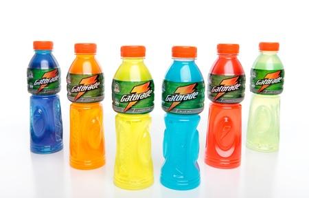 Botellas de bebida isotónica de energía de deportes de Gatorade contiene carbohidratos rehidratan fluidos perdidos y repostar músculos y electrolitos.  Fondo blanco.  Sabores son: uva feroz, tormenta de hielo de naranja, limón, perno azul, Tropical, Cal.   Uso editorial  Foto de archivo - 8757182