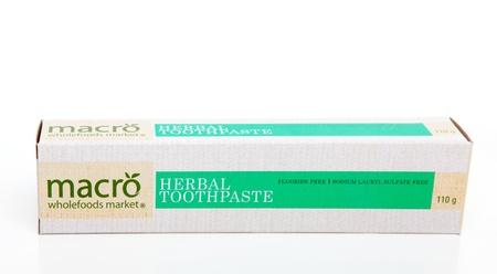 fluoride: Macro dent�frico hierbas que no contiene fluoruro y est� libre de lauril sulfato de sodio.  Fondo blanco.  S�lo para uso editorial.