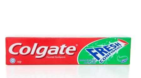 fluoride: Colgate marca menta fresca de confianza gel dent�frico.  Que contenga fluoruro, halal certificado.  Pasta de dientes Colgate no contiene ingredientes animales o alcohol.  El calcio en pasta de dientes Colgate es procedentes de minerales.  La glicerina en pasta de dientes Colgate Editorial
