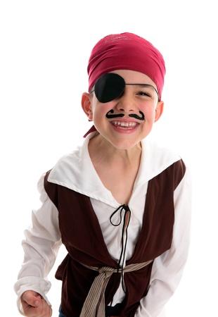 Un niño feliz vistiendo un traje de pirata.  Fondo blanco.