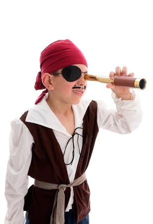 Ein kleiner Junge Pirat Blick durch eine Monoscope auf der Suche nach Schatz oder Schiffe zu plündern.  Weißer Hintergrund. Standard-Bild