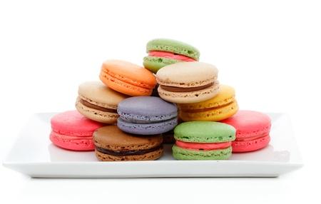 Köstliche französische Makronen in verschiedenen Farben auf einen Teller.