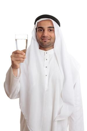 Eine glückliche arab Mann hält ein Glas frische Trinkwasser.