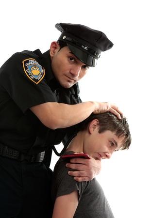 Ein Polizist begreift männlichen Teen Dieb.  Weißer Hintergrund. Standard-Bild