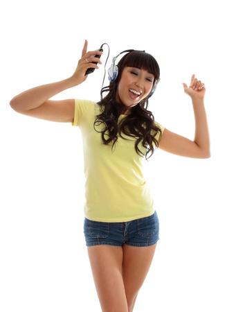 actief luisteren: Een levendige actieve jonge vrouw, dansen en luisteren naar muziek