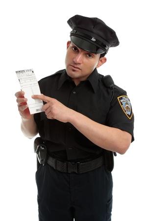 policier: Un policier, pr�fet de trafic d�tenant un avis de violation de contrefa�on, le billet, la fine.  Fond blanc.