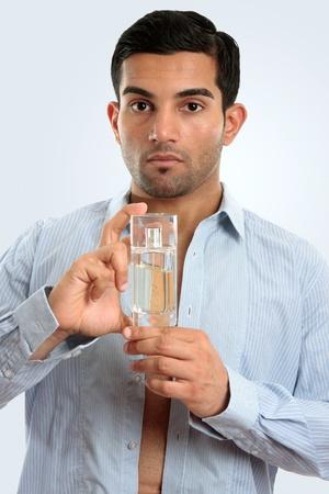 vistiendose: Primer plano de un hombre vestirse con una botella de colonia Blass hombres