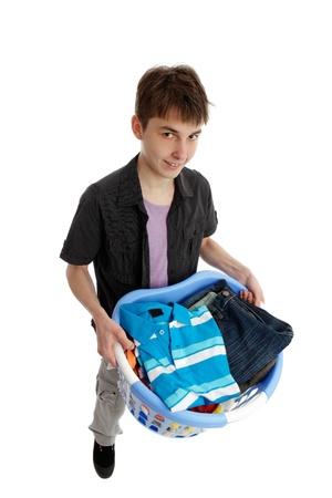 Niños ayudando: Sonriendo adolescente con una canasta de ropa o planchar. Blanco fondo.